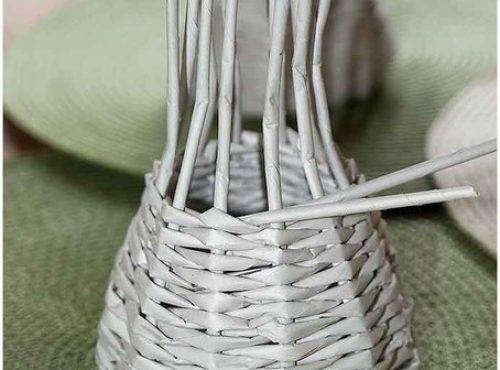 Плетем вазочку из газетных трубочек4