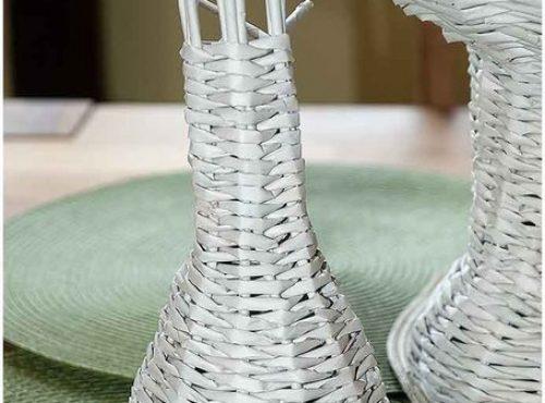 Плетем вазочку из газетных трубочек5