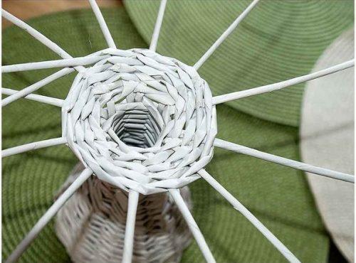Плетем вазочку из газетных трубочек6