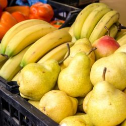 бананы, груши, сливы