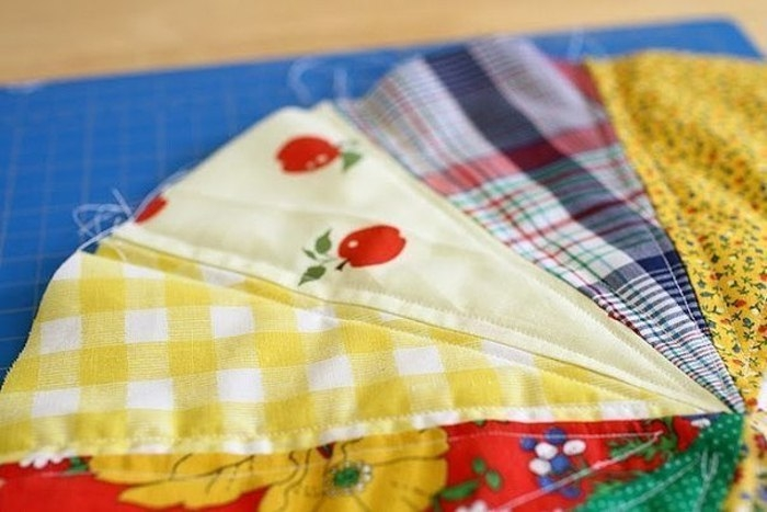Подушка из лоскутков ткани